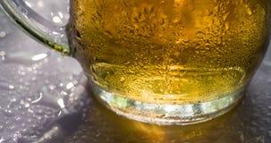 Llamarada solar en una taza de cerveza