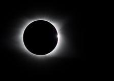 Llamarada solar y anillo de diamante alrededor del eclipse imágenes de archivo libres de regalías