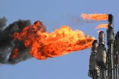 Llamaradas de la refinería Imagen de archivo libre de regalías