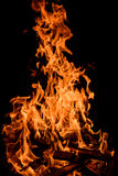 Llamas anaranjadas del fuego aisladas en fondo negro foto de archivo