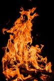 Llamas anaranjadas del fuego aisladas en fondo negro Fotografía de archivo