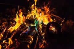 Llamas anaranjadas y azules del fuego Imagen de archivo libre de regalías