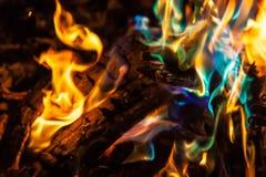 Llamas anaranjadas y azules del fuego Fotografía de archivo