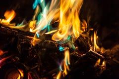 Llamas anaranjadas y azules del fuego Imágenes de archivo libres de regalías
