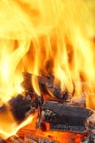 Llamas ardientes y carbón que brilla intensamente HDR foto de archivo