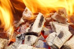 Llamas ardientes y carbón que brilla intensamente XXXL HDR Fotografía de archivo libre de regalías