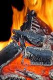Llamas ardientes y carbón que brilla intensamente XXXL HDR Foto de archivo