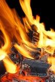 Llamas ardientes y carbón que brilla intensamente XXXL HDR Foto de archivo libre de regalías