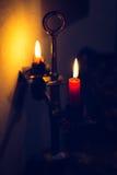 Llamas de vela que brillan intensamente en la oscuridad Palmatoria del vintage Imágenes de archivo libres de regalías