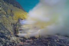 Llamas del azufre y humos de azufre azules del cráter del volcán de Kawah Ijen en Indonesia fotos de archivo