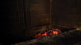 Llamas del fuego de la madera ardiente en chimenea tradicional del ladrillo en la oscuridad almacen de video