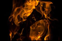 Llamas del fuego en fondo negro Rabias del fuego en la oscuridad Hoguera en la noche Las llamas est?n bailando foto de archivo libre de regalías