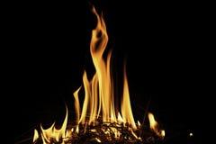 Llamas del fuego en la noche oscura Imagen de archivo libre de regalías