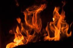 Llamas del fuego en un fondo negro Fondo de la textura de la llama del fuego del resplandor Ciérrese para arriba de las llamas de Foto de archivo