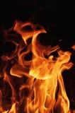 Llamas del fuego en un fondo negro Fondo de la textura de la llama del fuego del resplandor Ciérrese para arriba de las llamas de Foto de archivo libre de regalías