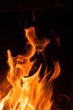 Llamas del fuego en un fondo negro Fondo de la textura de la llama del fuego del resplandor Ciérrese para arriba de las llamas de Imagen de archivo libre de regalías