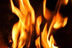 Llamas del fuego en un fondo negro Textura de la llama del fuego del resplandor detrás Fotografía de archivo libre de regalías