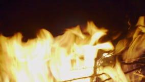 Llamas en el cierre del fuego para arriba