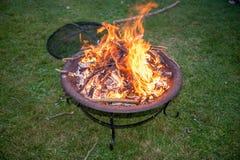 Llamas en un hoyo del fuego del jardín Imágenes de archivo libres de regalías