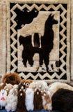 Llamas tradicionales de las muñecas en Otavalo, Ecuador Imagenes de archivo