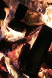 Llamas y chispas de la hoguera Imagen de archivo libre de regalías