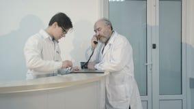 Llame al doctor de la recepción en clínica de la emergencia 4K metrajes
