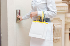 Llame el elevador en una alameda de compras Imagen de archivo libre de regalías