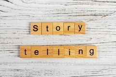 Llame la palabra de la narración de cuentos hecha con concepto de madera de los bloques fotos de archivo libres de regalías