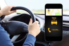 Llame por teléfono con el taxi del interfaz en drivin del hombre del fondo fotografía de archivo libre de regalías