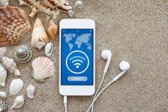 Llame por teléfono con el uso para buscar gratis Wi-Fi en la pantalla Fotografía de archivo libre de regalías