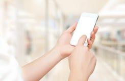 Llame por teléfono con una pantalla en blanco vacía en manos Fotos de archivo libres de regalías