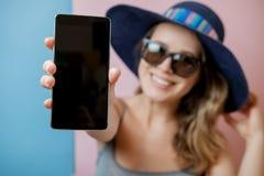 Llame por teléfono en mano de la mujer en sombrero y gafas de sol imagen de archivo libre de regalías