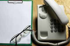 Llame por teléfono a nacional en el concepto de madera del fondo de la emergencia 911 Imagen de archivo libre de regalías