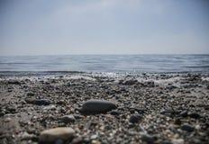 Llanbedrog,威尔士,海边在一个晴天-小卵石 库存照片