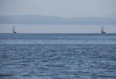 Llanbedrog, Północny Walia UK i dwa łodzi, - błękitny denny Zdjęcie Royalty Free