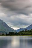 Llanberis, Gwynedd, noordwestenwales, meer Llyn Padarn bij de voet van Snowdon stock fotografie