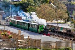 LLANBERIS, WALES/UK - 7. OKTOBER: LLanberis See-Eisenbahn im Schnee Lizenzfreie Stockbilder