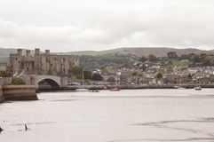 LLandudno, Ουαλία, UK - 27 Μαΐου 2018 ποταμός που ρέει εκτός από το κάστρο Βάρκες που επιπλέουν στον ποταμό Γέφυρα πέρα από τον π στοκ φωτογραφία με δικαίωμα ελεύθερης χρήσης