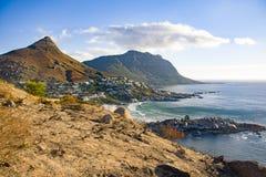 Llandudno Cape Town a finales de la tarde, mostrando las montañas, el océano, y la nube Fotografía de archivo