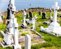 LLandudno, Wales, het Strand van de het Noordenkust, het UK - 27 MEI, 2018 Grafstenen in begraafplaats bij zonnig Één of ander gr royalty-vrije stock foto's