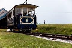LLandudno, Wales, Nordufer-Strand, Großbritannien - 27. Mai 2018 alte blaue Weinlesestraßenbahn, die heraus der Bergstation Fahrt Stockbilder