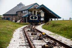 LLandudno, Wales, Nordufer-Strand, Großbritannien - 27. Mai 2018 alte blaue Weinlesestraßenbahn, welche die Bergstation ausläßt F Stockfotos