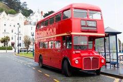 LLandudno Wales, UK - MAJ 27, 2018 bil Londons röd för dubbel däckare som parkeras på vägen bussar på stoppet Turism och touristi royaltyfri foto