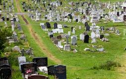 LLandudno, Walia, Północna brzeg plaża, UK - MAJ 27, 2018 wijącej ścieżki stary cmentarz Cmentarz z krzyża tinny drogowym środkie obraz stock