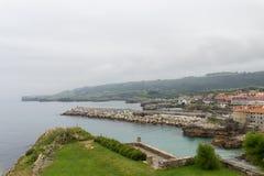 LLanes, een mooi dorp in de kosten van Asturias stock foto