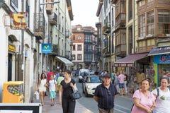 Llanes Spanien-Septembr 03,2016 Llanes, Asturias, Spanien: Folk Arkivbild