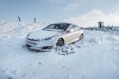Llangammarch Wells, Уэльс - 12,28,2017: Автомобильная катастрофа Tesla электрическая Стоковая Фотография RF