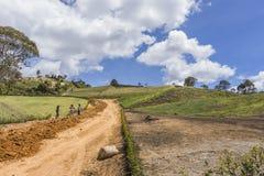 Llano Grande, Antioquia/Colombia 15 November, 2018 Arbeiders in een wegenbouw stock afbeeldingen