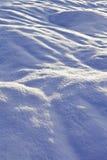 Llano sitiado por la nieve del invierno Imagenes de archivo