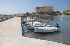 Llauts machte im Jachthafen kleinen Bootes Calas Estancia, Majorca fest Stockfoto